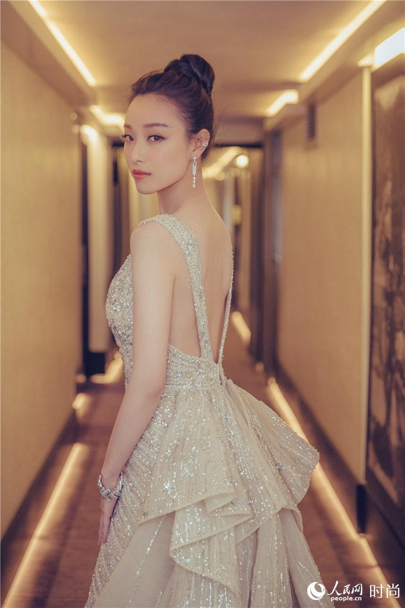倪妮携《勇士之门》首踏戛纳 大秀美背惊艳开幕红毯