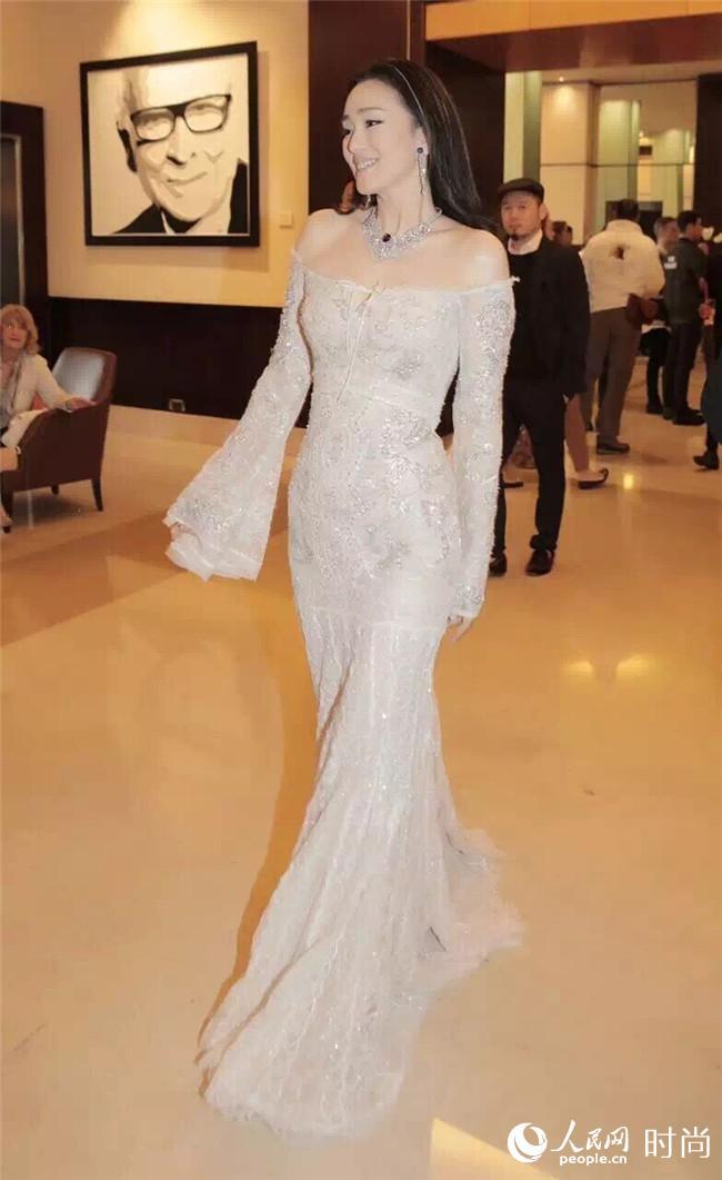 第69届戛纳电影节 巩俐千万珠宝加身亮相红毯 尽显女王气质