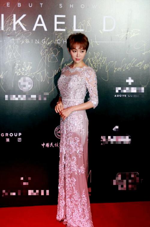 姜妍出席时尚活动 薄纱白裙简约优雅