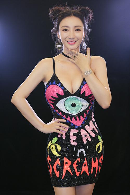 """柳岩""""哪吒头""""可爱性感爆乳抢镜 搂岳云鹏扮鬼脸卖萌"""