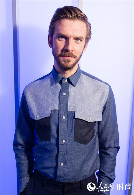 Dan Stevens身着宝姿PORTS 1961衬衫在伦敦出席电影《美女与野兽》宣传活动 1