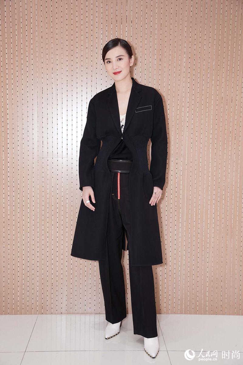 宋佳出席商业活动 大衣裤装搭蕾丝美而不娘