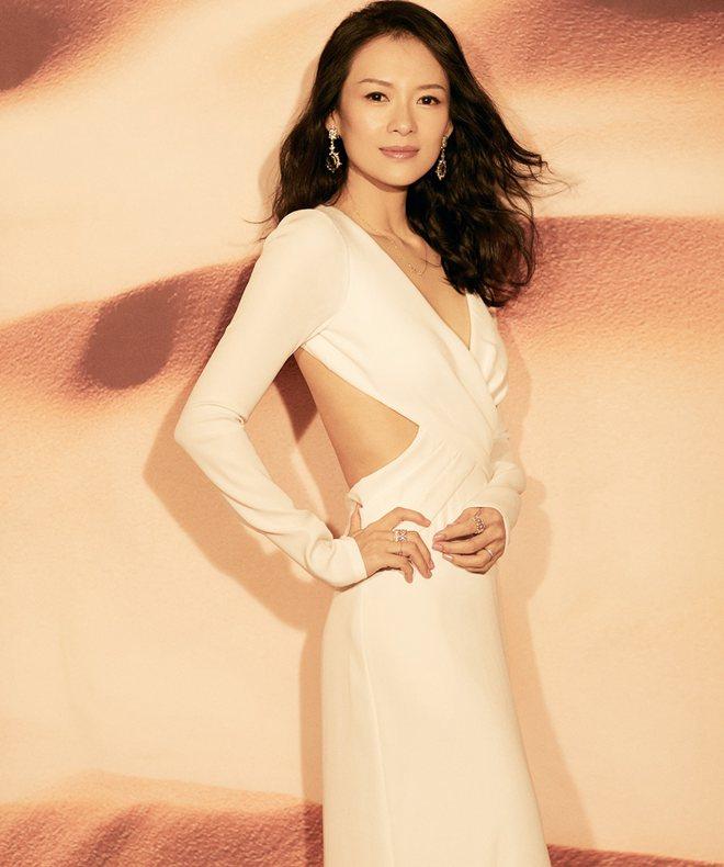 """章子怡深V白裙亮相光耀动人一袭tadashi白色长裙仙气飘飘、高贵典雅,胸前交叉设计""""心机""""十足。"""