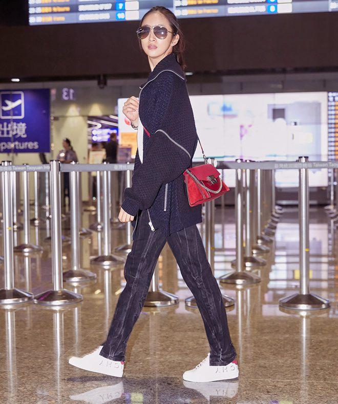 林依晨受邀前往巴黎时装周 舒适穿搭时尚有型今日,林依晨帅气现身机场,受GIVENCHY官方邀请,前往巴黎时装周观看品牌2019春夏大秀。