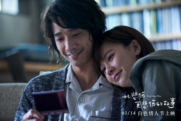 《比悲伤更悲伤的故事》票房超六亿刘以豪拍照庆祝