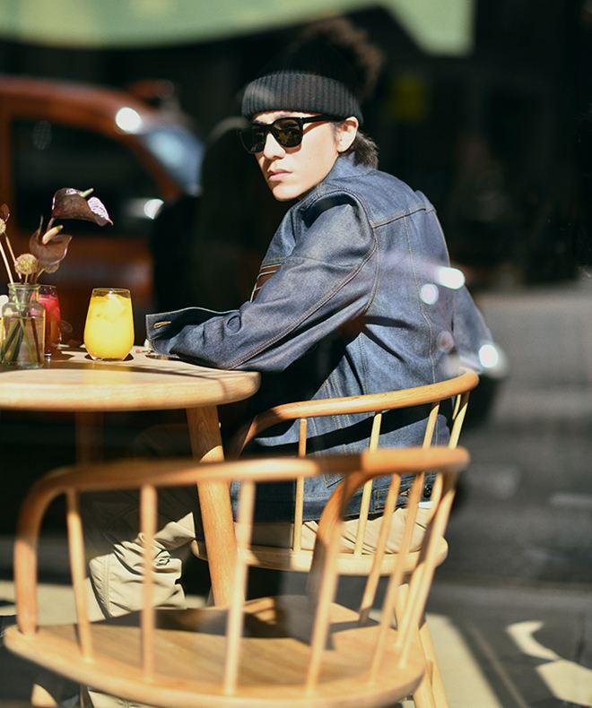 """陈坤漫步伦敦街头 品味秋日暖阳陈坤发布了一组""""漫步秋日伦敦""""街拍。他身穿软厚的卫衣搭配斜背腰包,展现温暖的街头风。防风丹宁牛仔外套搭工装裤,时髦更简单。"""